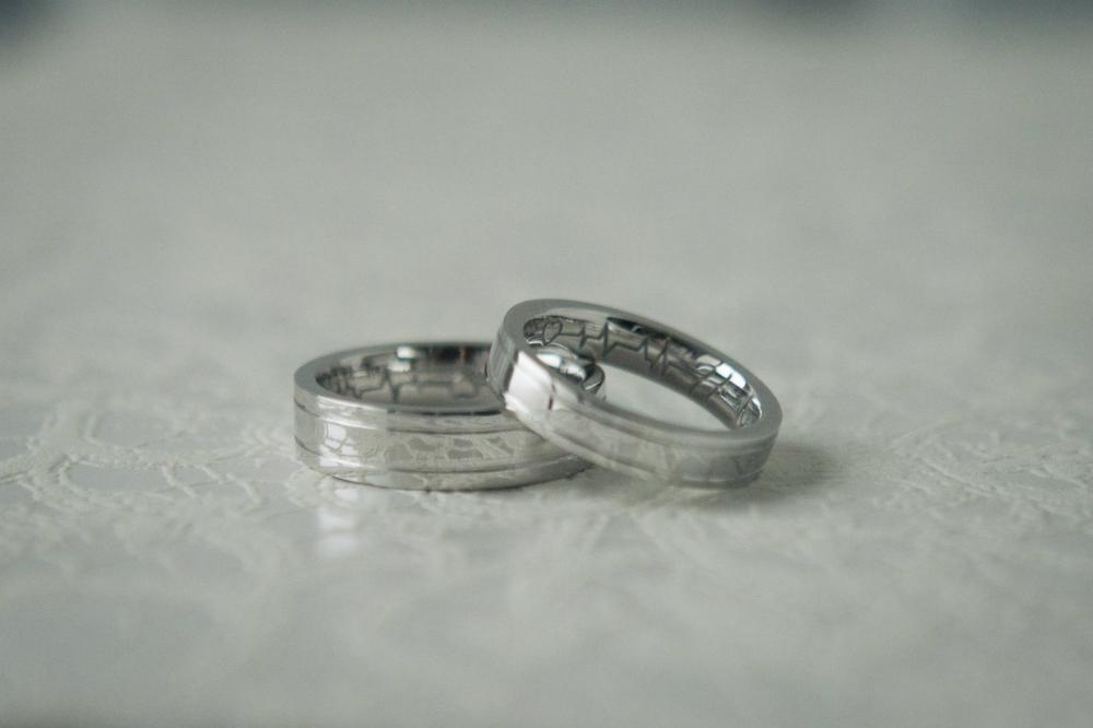 Обручальные кольца из белого золота с гравировкой