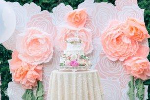 Роскошный торт и фотозона с большими цветами