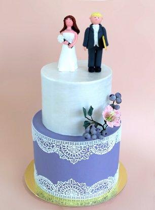 Свадебный торт в стиле прованс с лавандовым нижним ярусом с сахарными кружевами, сатиновым верхним ярусом и, контрастной нежному торту, смешной свадебной парочкой с женихом-серфером