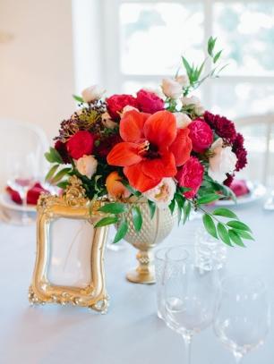 Классические цветочные композиции с яркими амарилисами в слегка растрепанной манере украшали свадебный ужин Яны и Олега