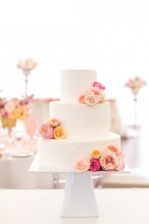 Оформление торта каскадом живых цветов в общей пастельной гамме торжества