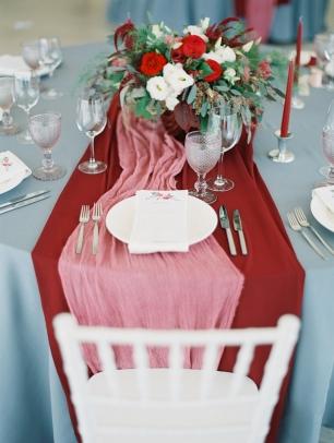 Украшение столов гостей в красно-розовом цвете