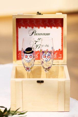 Аксессуары для свадьбы: бокалы с ручной росписью и сундучок для пожеланий
