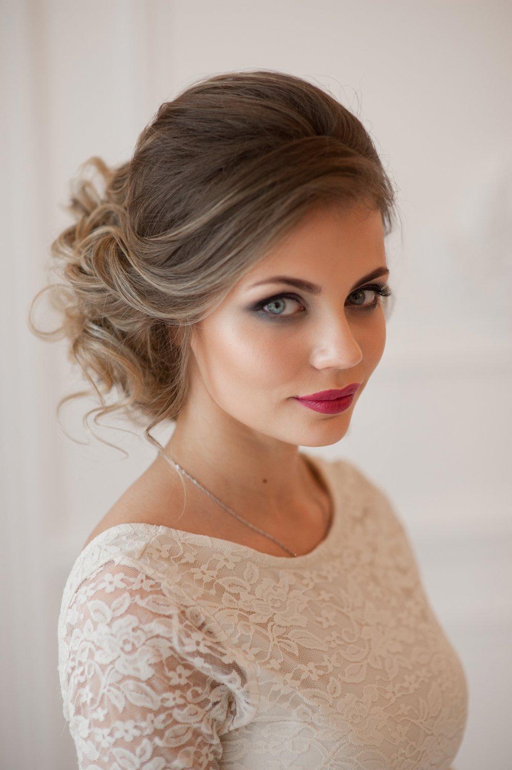 прически из средних волос на свадьбу