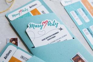 В наше время модно и, главное, приятно путешествовать, Mary ♥ Arty заказали приглашения в виде билета на самолет. Без контурной резки не обошлось, персонализированные карточки нестандартной формы, приглашения, марки и удобный конверт.