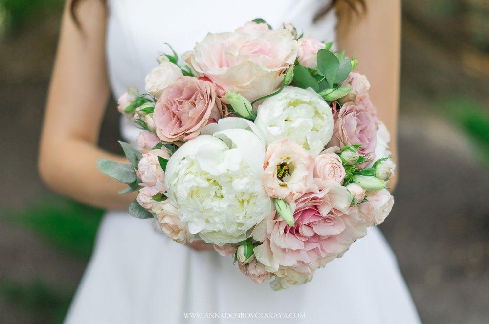 Букет невесты из роз и пионов розовый