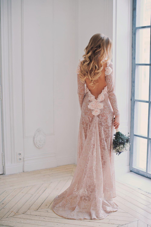 Свадебная прическа для платья с открытой спиной