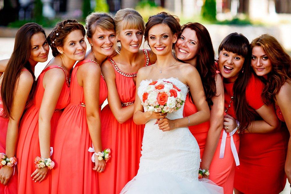 Лесбийский секс невесты и подружки невесты, смачные ляжки на пляже фото вид сзади