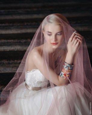 Розовое платье с фатой