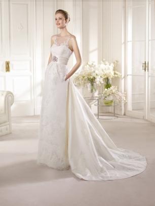 Свадебное платье от испанского бренда St. Patrick.В этом платье дизайнеры сочетают тончайшее кружево и благородный атлас, прямой силуэт и объемный шлейф, строго очерченную талию и демократичные карманы.