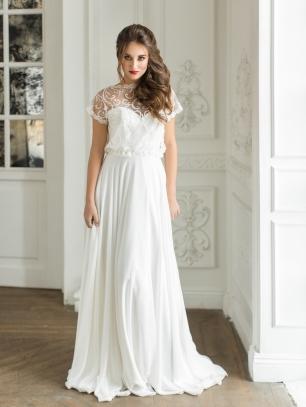Свадебное платье от российского бренда Cosmos Bride. Элегантное платье прямого кроя из летящего шифона, дополненное сверкающим болеро-топом из пайеток и бисера.