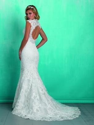 Свадебное платье силуэта «русалка» от американского бренда Allure Bridals.Лиф искусно декорирован бисером и камнями,которые переливаются и сверкают, делая ваш образ еще более торжественным!