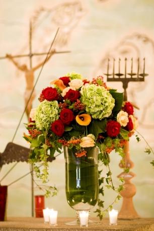 Украшение церкви для свадебной церемонии в ярких красочных оттенках