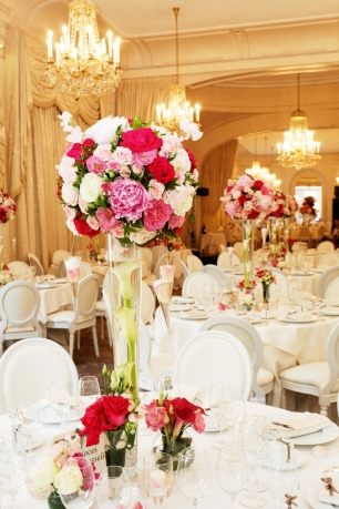 Яркие розовые акценты в белоснежном декоре