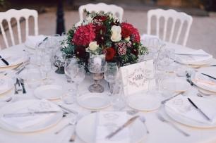 Яркий красный акцент на свадебных столах