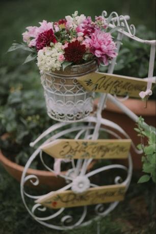 В качестве стойки с указателями на зоны торжества использован декоративный велосипед, украшенный цветами