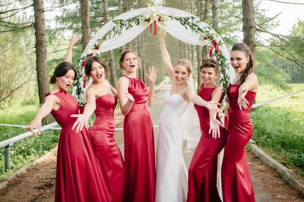Подружки невесты в красном