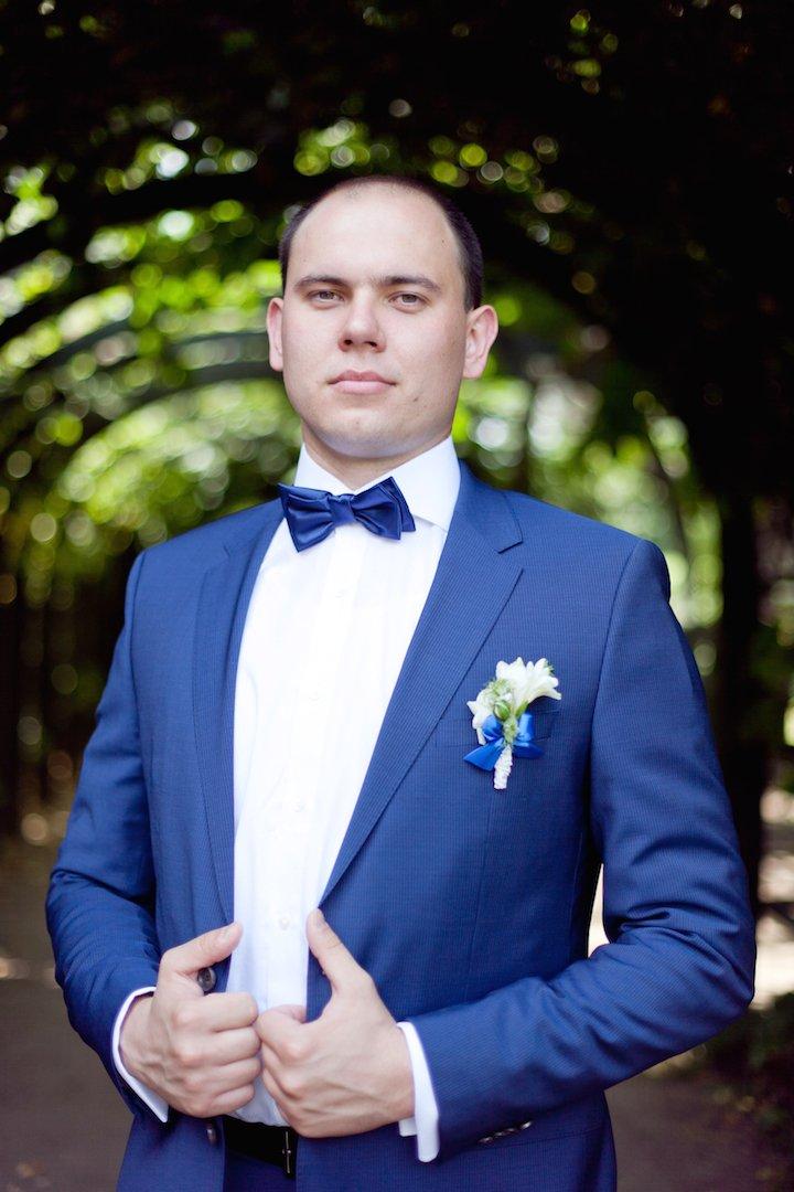 жених в синем костюме фото