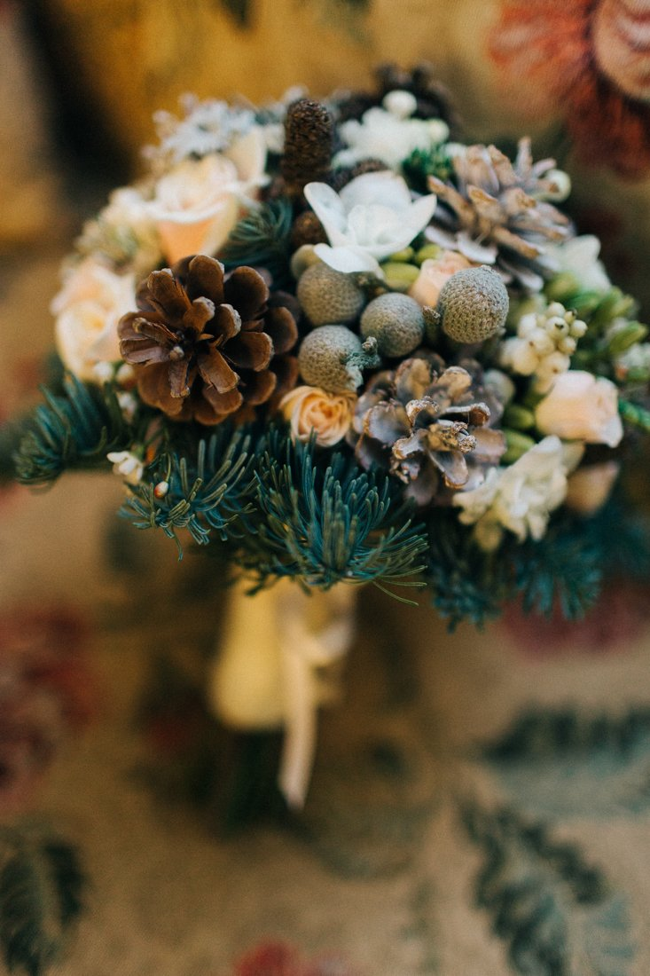 Зимний свадебный букет невесты с шишками, букеты