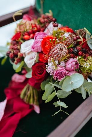Букет невесты в ярких красках с экзотическими цветами и крымскими ягодами
