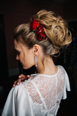 Прическа невесты с яркими цветами
