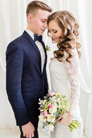 фото невест в бежевых платьях с женихом