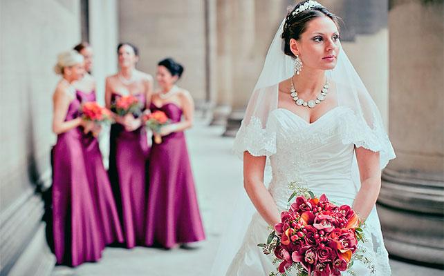 фото невесты на фоне подружек