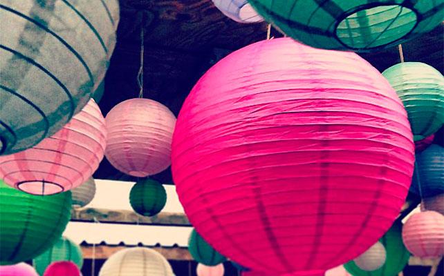 цветные бумажные светильники IKEA в декоре свадьбы