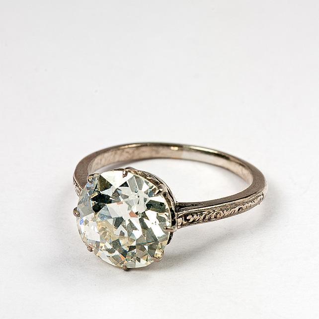 кольца на помолвку  на руке
