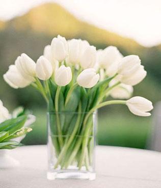 тюльпаны в свадебном декоре, композиция из тюльпанов