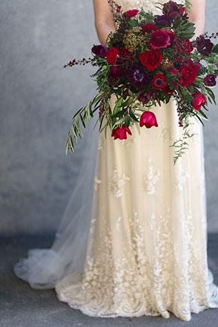 тюльпаны в свадебном декоре, букет невесты из тюльпанов в сочетании с другими цветами
