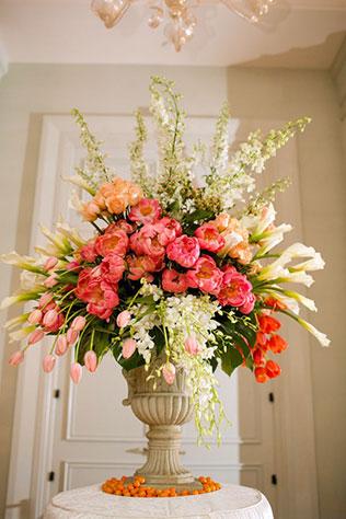 тюльпаны в свадебном декоре, композиция из тюльпанов в сочетании с другими цветами