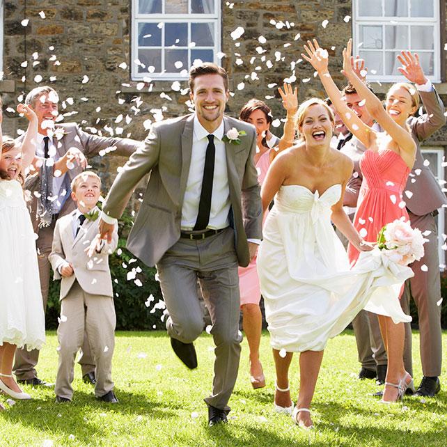 Оригинальная встреча молодых на свадьбе
