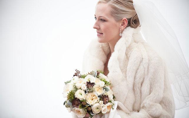 Шубка из натурального или искуственного меха для невесты на зимней свадьбы