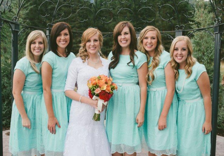 Подружка невесты в мятном платье