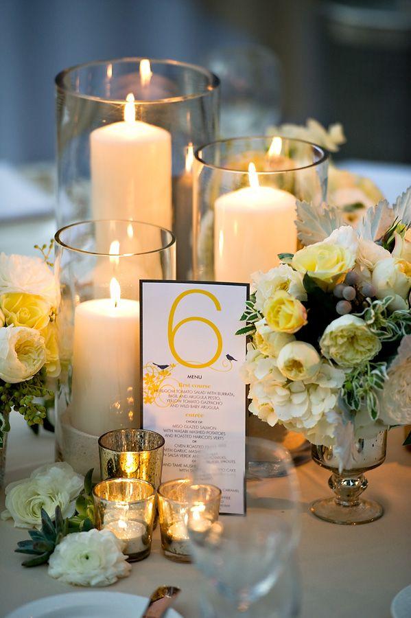 Свечи и цветы на столе на свадьбу