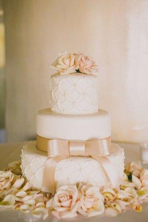 Свадебный торт со свежими розами