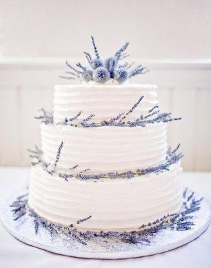 Свадебный торт с веточками лаванды