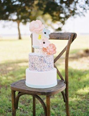 Свадебный торт с цветочной композицией