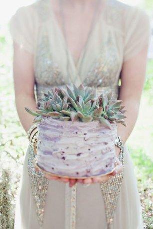 Свадебный торт, украшенный необычными цветами