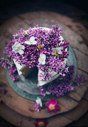 Свадебный торт, украшенный сиренью