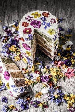 Свадебный торт,усыпанный цветами