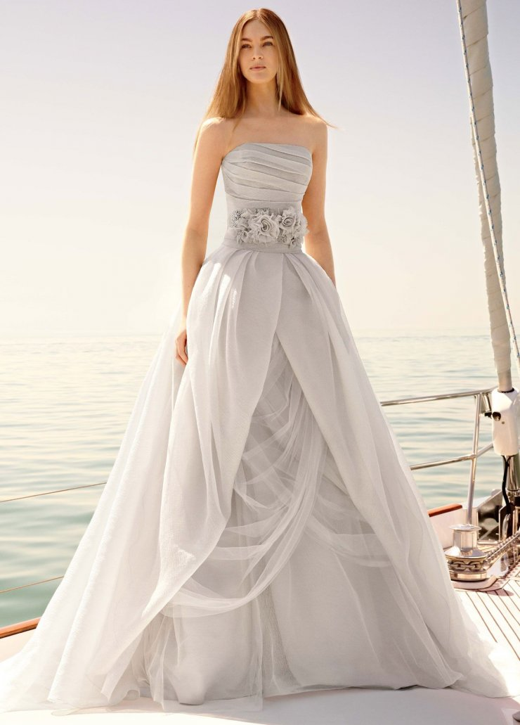 Платье невесты с поясом в виде цветов