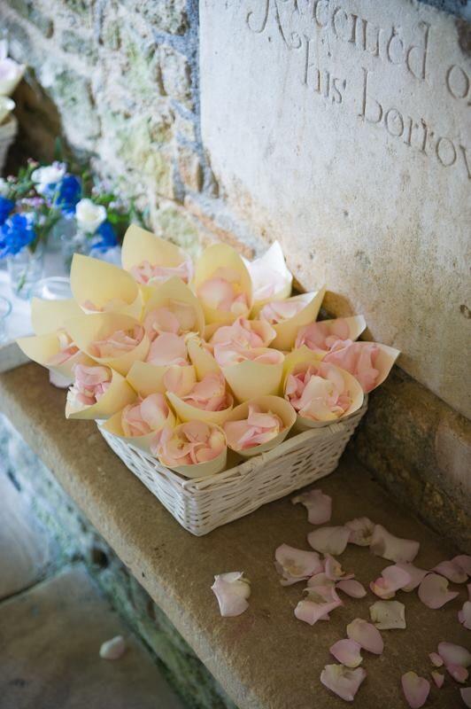 Из чего бросают лепестки роз на свадьбе