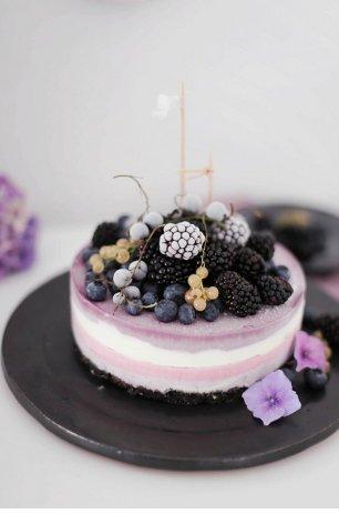 Торт с ежевикой и смородиной