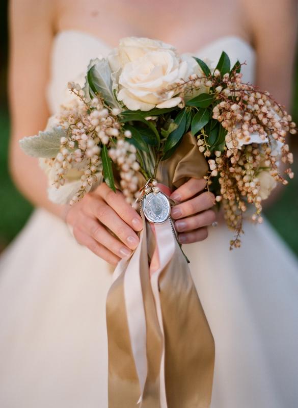 Свадебный букет бело золотой