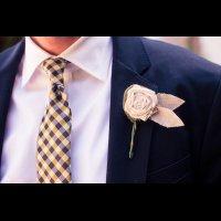 Аксессуары жениха: галстук в мелкую клетку и бутоньерка из холщовой ткани - The-wedding.ru