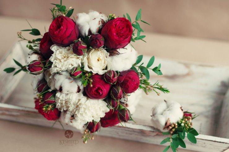 Свадебный букет с хлопком и розами