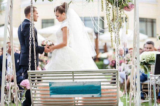 Жених с невестой на церемонии бракосочетания