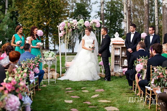 Молодожены на церемонии бракосочетания